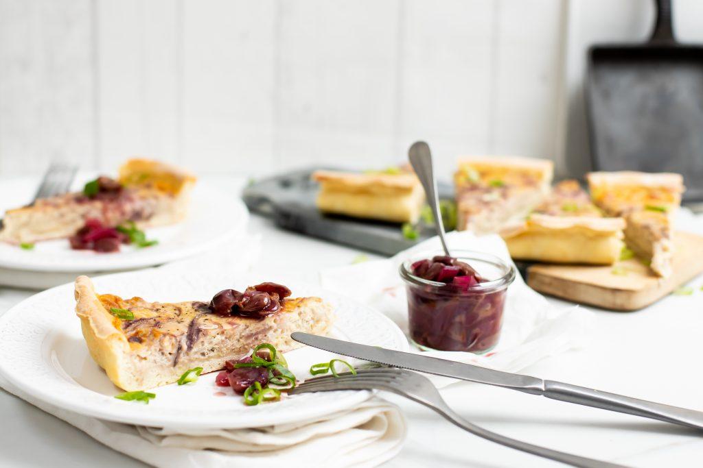 Zwiebelkuchen mit Trauben-Chutney